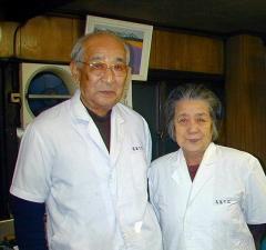 高島そばの大竹道郎店長(左)と妻の百合子さん